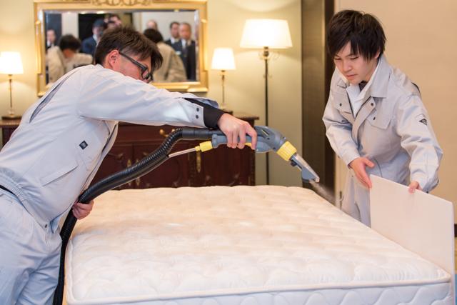 清水市長にベッドマットレスクリーニングをデモンストレーション